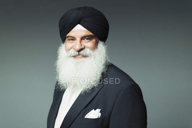 Portrait souriant, confiant homme âgé bien habillé portant turban — Photo de stock