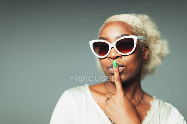 Portrait confident, cool young woman wearing retro sunglasses — Stock Photo