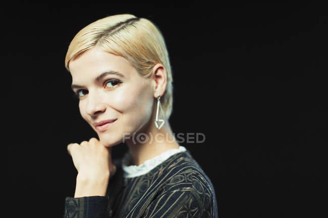Ritratto sorridente, giovane donna sicura di sé — Foto stock
