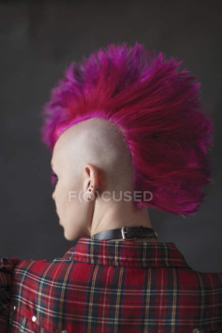 Jeune femme cool mohawk rose — Photo de stock