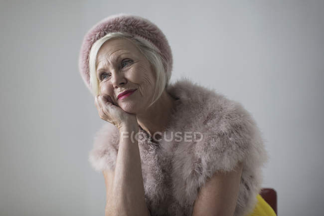 Smiling, nostalgic, elegant senior woman wearing fur — Stock Photo