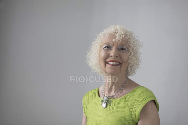 Porträt einer unbeschwerten, selbstbewussten Seniorin — Stockfoto