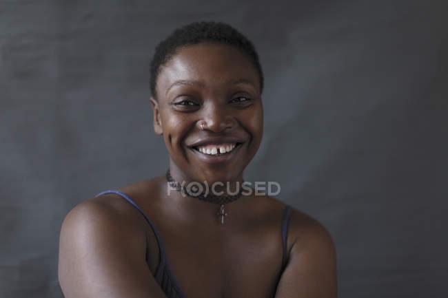 Портрет улыбается, уверенная женщина — стоковое фото
