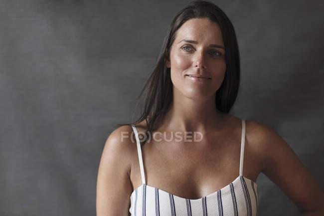 Уверенная в себе женщина смотрит в сторону — стоковое фото
