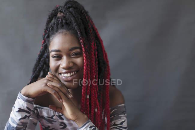 Портрет, улыбаясь, уверенно молодая женщина с красной косами — стоковое фото