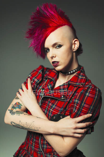 Portrait confident, cool young woman with pink mohawk and tattoos — Stock Photo