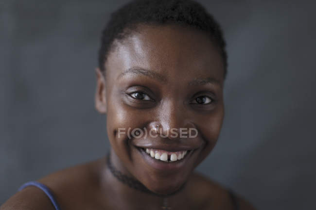 Portrait femme souriante, confiante — Photo de stock