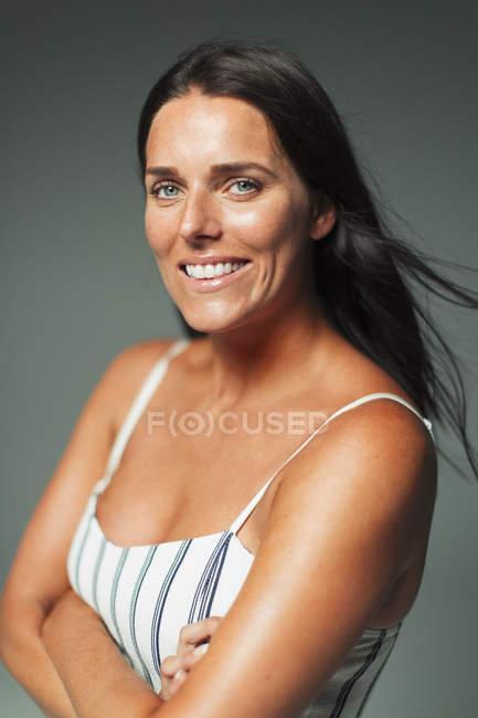 Портрет посміхаючись, впевнена в собі жінка — стокове фото