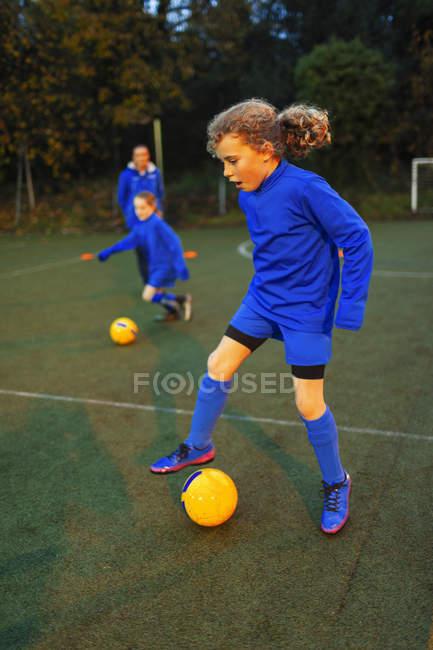 Menina Jogador De Futebol Praticando Em Campo Luz De Inundacao De Pe Stock Photo 228870904