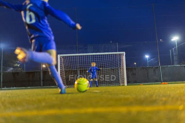 Mädchen-Fußball-Spieler treten Ball in Richtung Tor — Stockfoto