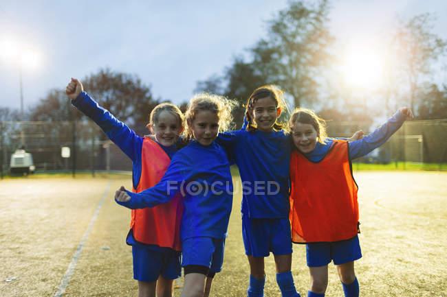 Selbstbewusstes Mädchenfußballteam jubelt auf dem Feld — Stockfoto