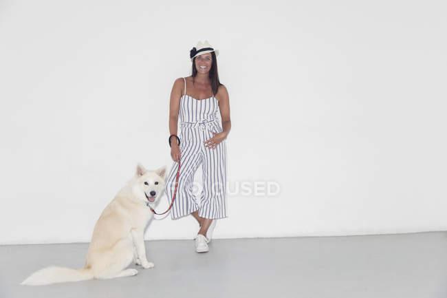 Портрет уверенной женщины с собакой — стоковое фото