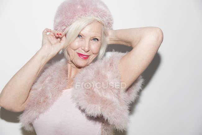 Улыбающийся портрет, элегантная пожилая женщина в розовом мехе — стоковое фото