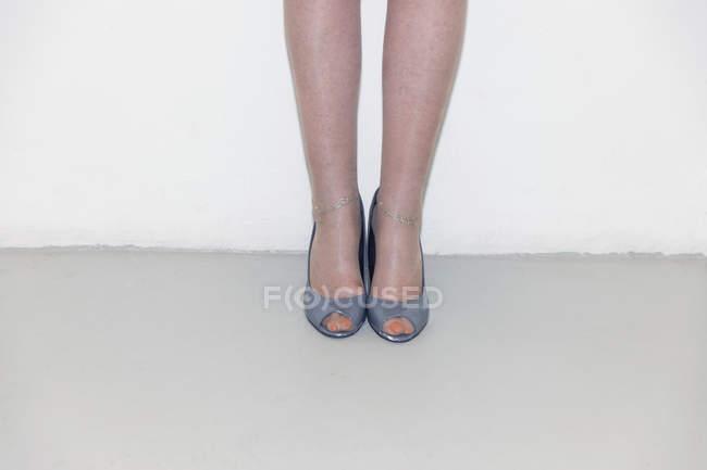 Donna anziana con i tacchi alti a punta aperta — Foto stock