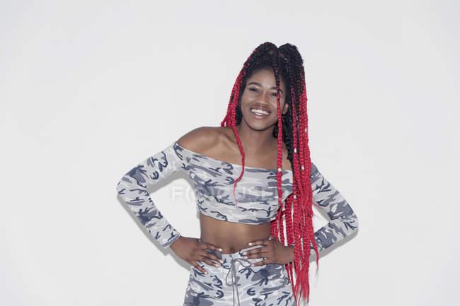 Retrato mujer joven con confianza en la ropa de camuflaje - foto de stock