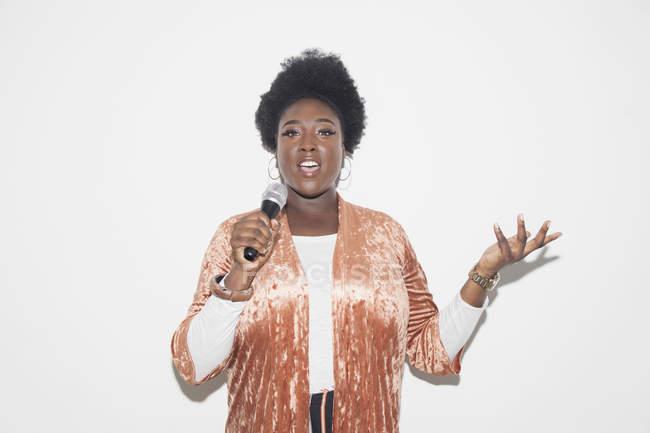 Mulher de retrato com microfone falando — Fotografia de Stock