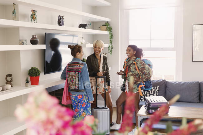 Young women friends with suitcases in house rental — Fotografia de Stock