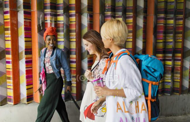 Jeunes femmes amis marche — Photo de stock