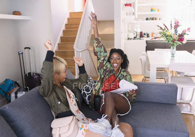 Amigos De Exuberantes Mujeres Jóvenes Llegar A Alquiler De