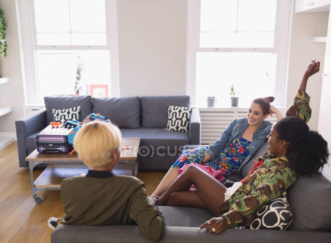 Young women friends hanging out in living room — Stock Photo