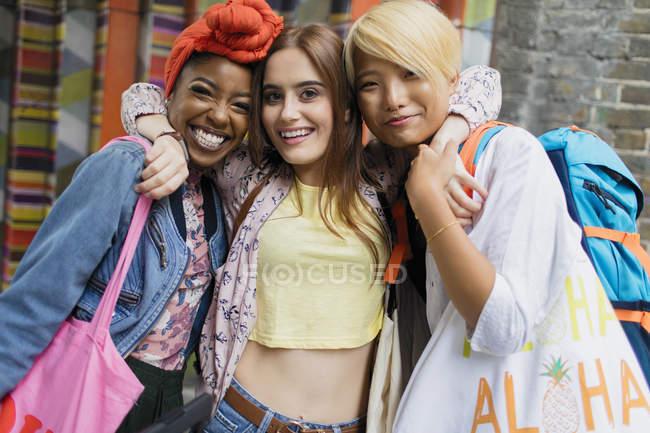 Портрет улыбается, уверенные молодые женщины друзья — стоковое фото