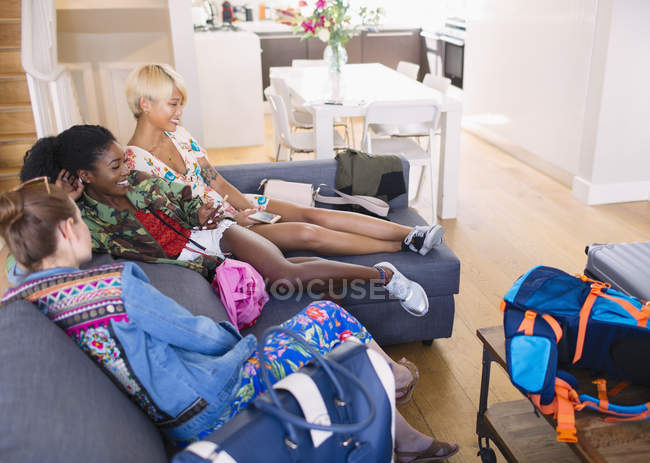 Young women friends with bags arriving at house rental — Stock Photo