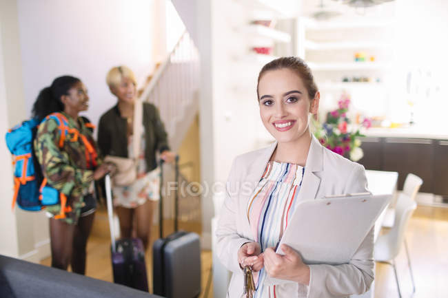 Portrait confident female real estate agent helping women arriving in house rental — Stock Photo