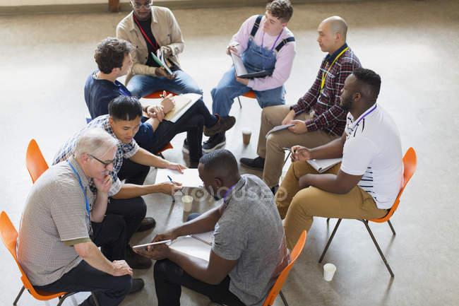 Männer sprechen in der Gruppentherapie — Stockfoto