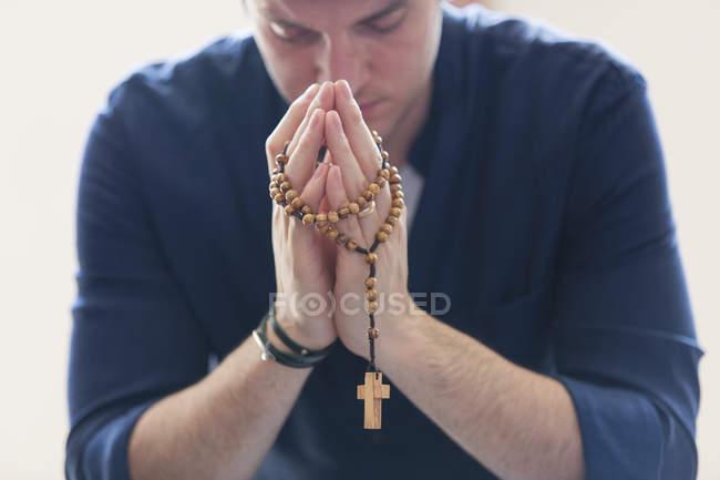 Homem sereno, orando com o Rosário — Fotografia de Stock