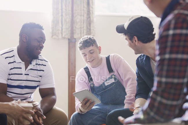 Männer mit digitalen Tabletgesprächen in der Gruppentherapie — Stockfoto