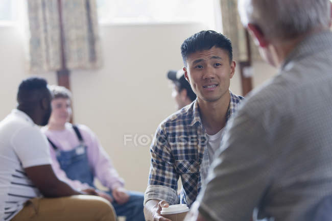 Uomini che parlano in terapia di gruppo — Foto stock