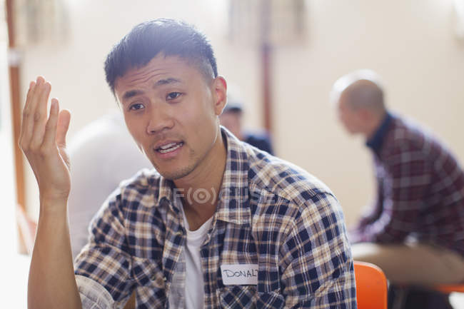Man gesturing, talking in group therapy — Stock Photo