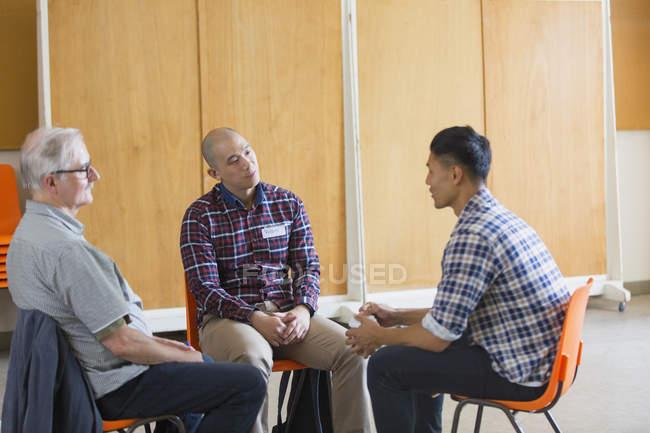 Чоловіки говорити і слухати в групової терапії — стокове фото