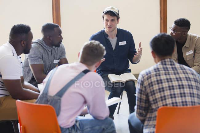 Чоловіки читання та обговорення Біблії у групи молитва — стокове фото