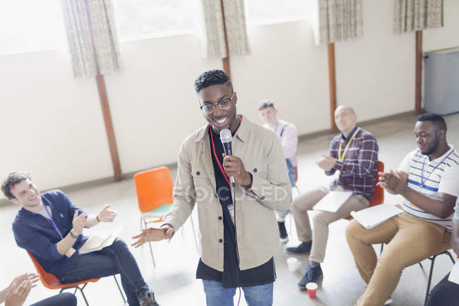 Man with microphone leading group therapy — Photo de stock