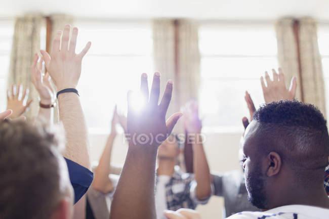 Мужчины, молясь с поднятыми в молитве группы — стоковое фото