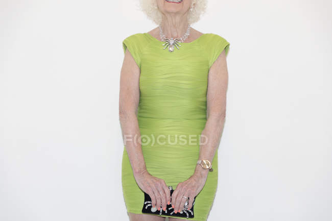 Senior femme en robe verte — Photo de stock