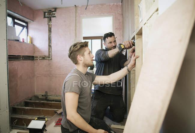 Будівельні робітники обрамлення всередині будинку — стокове фото