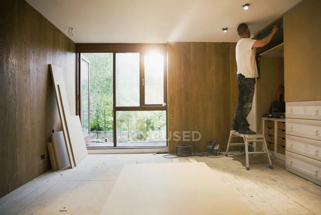 Строитель работает в доме — стоковое фото