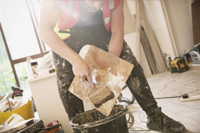 Trabalhador da construção civil reboco dentro de casa — Fotografia de Stock
