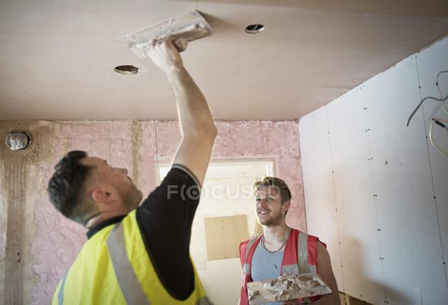 Trabalhadores da construção civil gesso teto — Fotografia de Stock