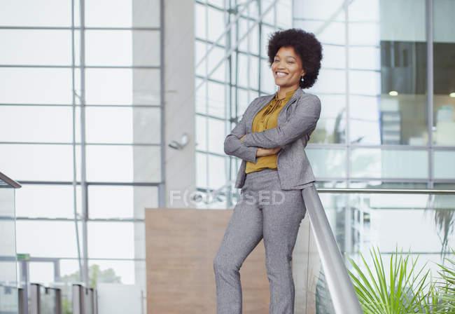 Portrait confiant, femme d'affaires heureuse — Photo de stock