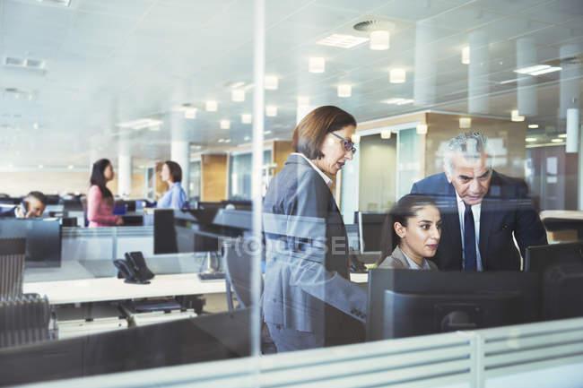 Деловые люди, работающие за компьютерами в офисе — стоковое фото