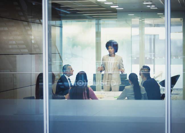 Businesswoman leader riunione sala conferenze — Foto stock