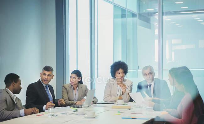 Gens d'affaires de planification de réunion salle de conférence — Photo de stock