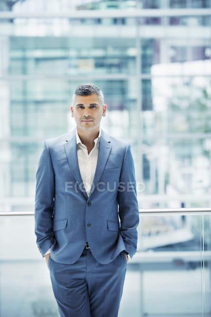 Портрет впевнено бізнесмен, дивлячись на камеру — стокове фото