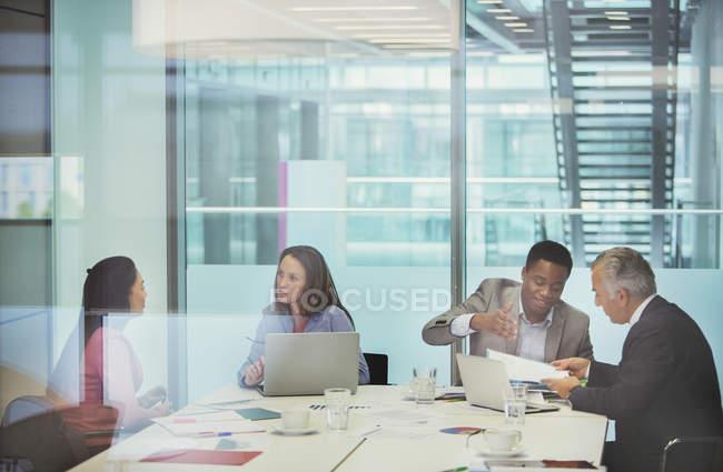 Geschäftsleute unterhalten sich im Konferenzraum — Stockfoto