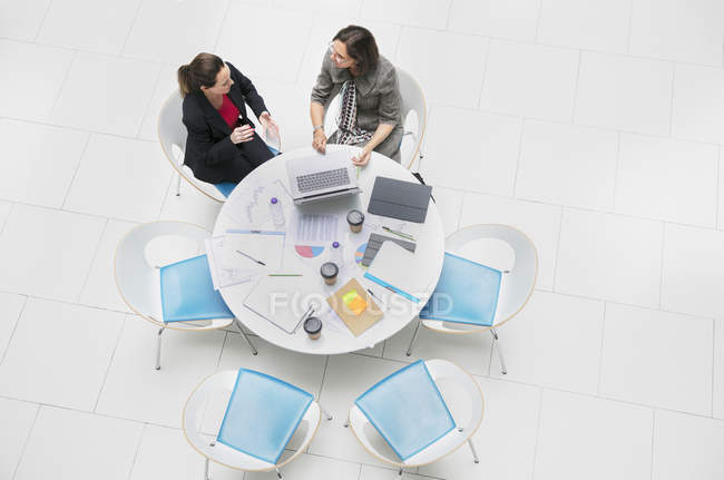 High angle view businesswomen talking, meeting at round table — Stock Photo