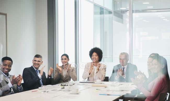 Fröhliche, unterstützende Geschäftsleute klatschen in Besprechungsraum — Stockfoto