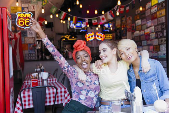Ritratto esuberante giovani donne amici a bar — Foto stock